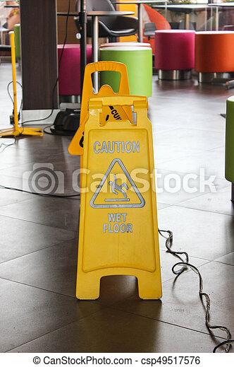 Alerta de etiqueta amarilla de suelo resbaladizo - csp49517576