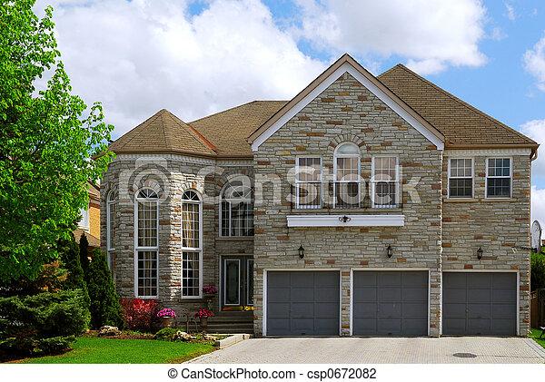 Residenziale casa pietra naturale grande residenziale for Piani di casa in tudor