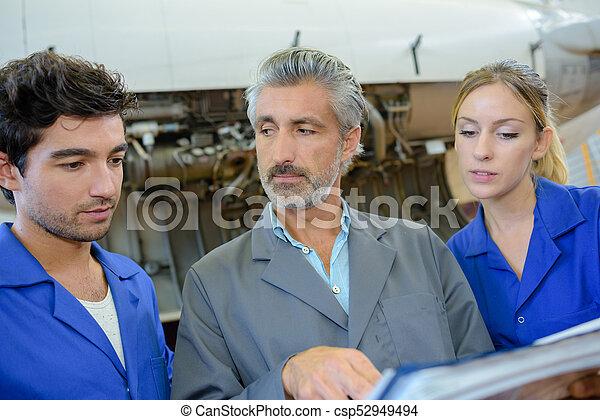 Profesora esperando respuesta de estudiante de ingeniería - csp52949494