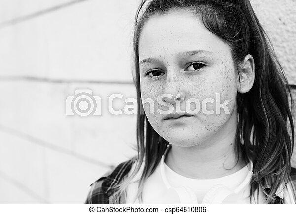 Retrato de una adolescente al aire libre - csp64610806
