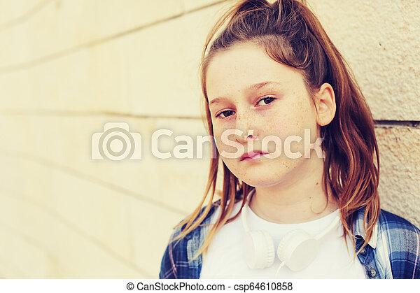Retrato de una adolescente al aire libre - csp64610858