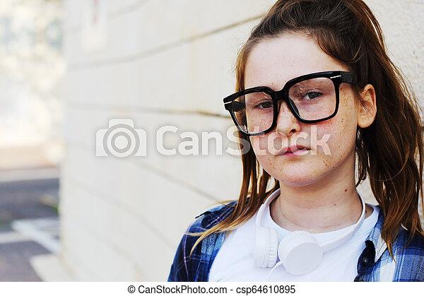 Retrato de una adolescente al aire libre - csp64610895