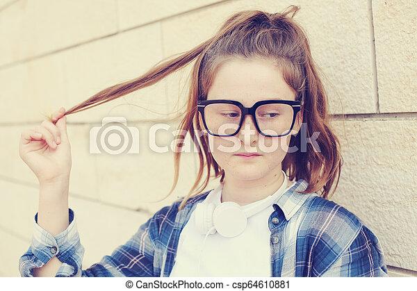 Retrato de una adolescente al aire libre - csp64610881