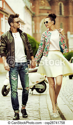 Retrato romántico de una pareja andante - csp28741758