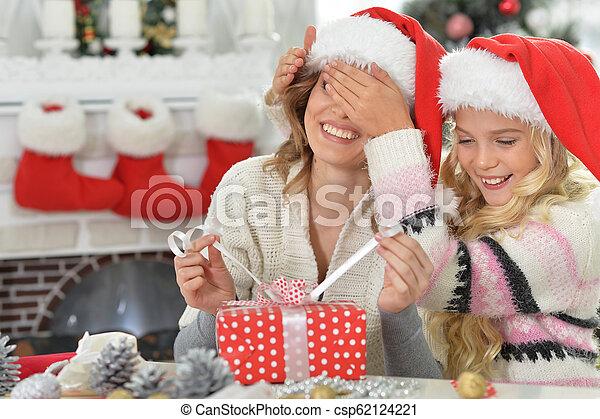 Retrato de una chica con madre celebrando la Navidad - csp62124221
