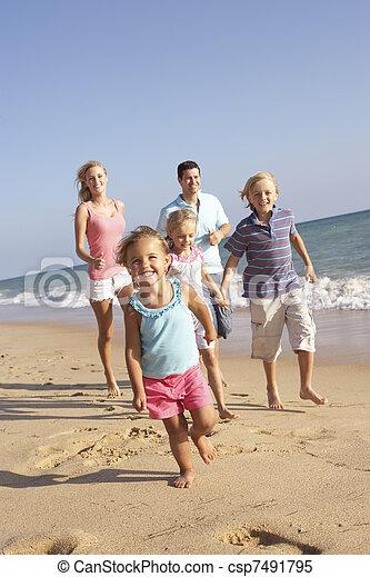 Retrato de dirigir a la familia en vacaciones en la playa - csp7491795
