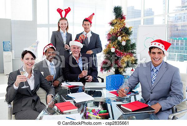 Retrato de un feliz equipo de negocios brindando con champaña en una fiesta de Navidad en la oficina - csp2835661
