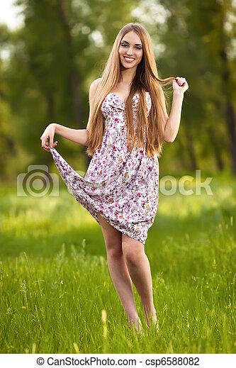 Retrato de una hermosa mujer rubia al aire libre - csp6588082