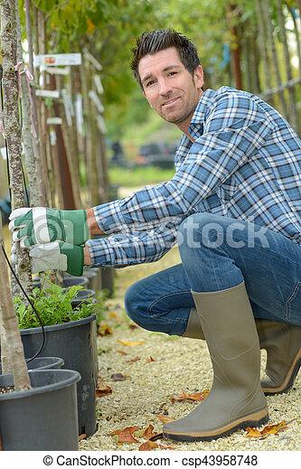 Retrato de jardinero cuidando árboles - csp43958748