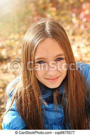 Retrato de una adolescente feliz - csp6675577