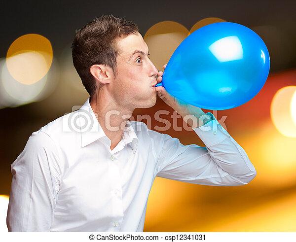 Retrato de joven soplando un globo - csp12341031