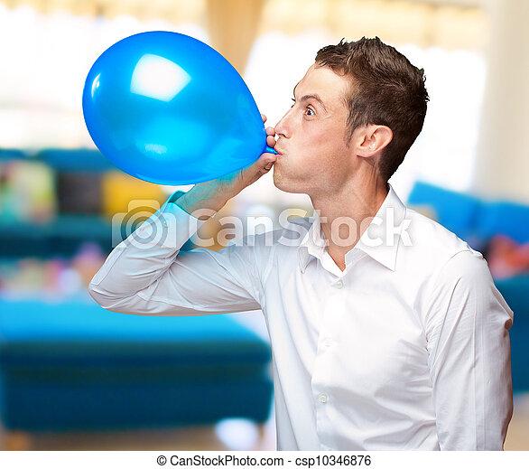 Retrato de joven soplando un globo - csp10346876