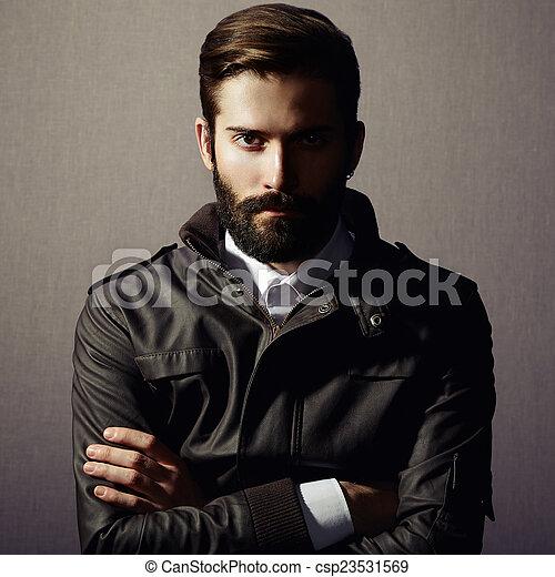 Retrato de un hombre guapo con barba - csp23531569