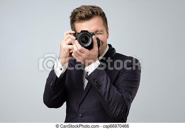 Retrato de un joven guapo con traje - csp66970466