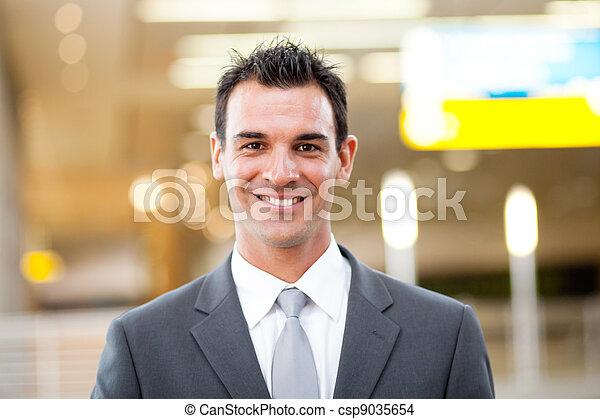 Un joven guapo retrato de hombre de negocios - csp9035654