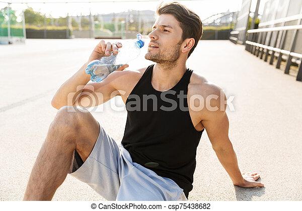 retrato, guapo, sentado, mañana, deportes, hombre, mientras, agua, suelo, entrenamiento, aire libre, durante, bebida - csp75438682