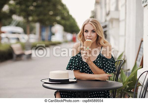 retrato, hielo, hermoso, crema, mujer felíz, al aire libre, sonriente, café - csp84589554