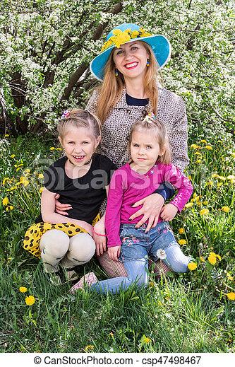 Retrato de madre con sus hijas - csp47498467