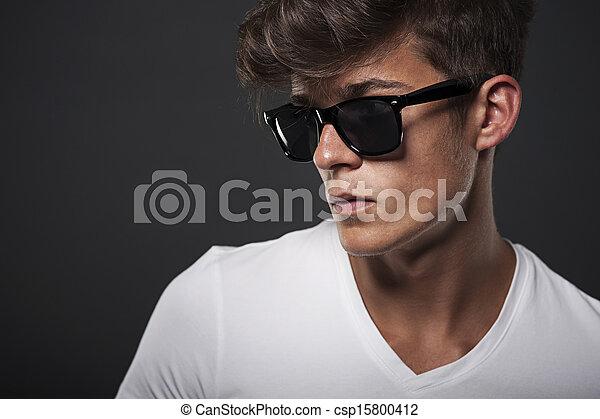 Retrato de un hombre con gafas de hipopótamo - csp15800412