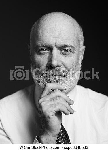 Retrato de hombre maduro - csp68648533
