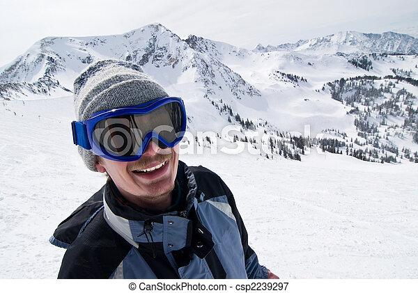 Retrato de un esquiador masculino - csp2239297