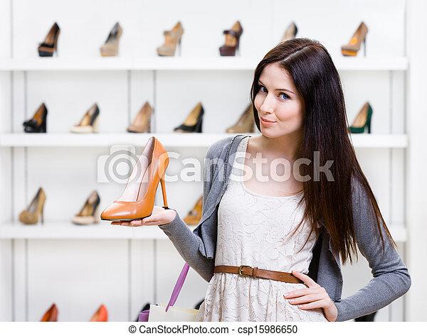 retrato, mantener, mujer, zapato, retrato de medio cuerpo - csp15986650