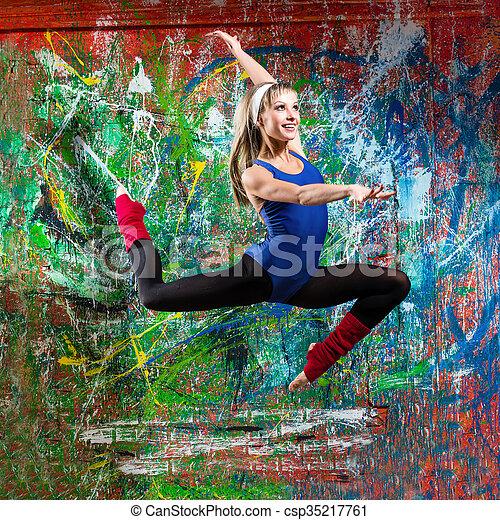 Retrato de jovencitas en forma de salto - csp35217761
