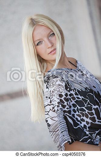 retrato, mulher, ao ar livre, loura - csp4050376
