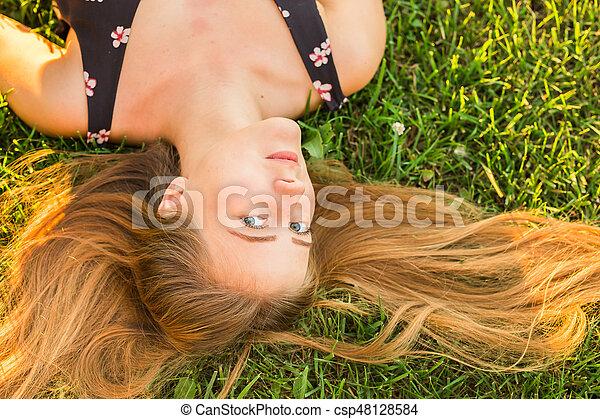retrato, mulher, capim, jovem, mentindo - csp48128584