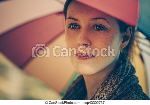 retrato, mulher, guarda-chuva, sob - csp43302737