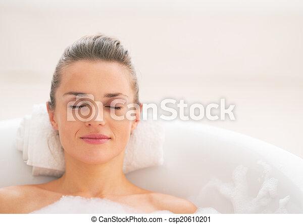 retrato, mulher, jovem, relaxante, banheira - csp20610201
