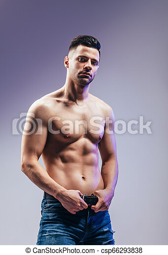 Retrato de un sexy hombre musculoso posando - csp66293838