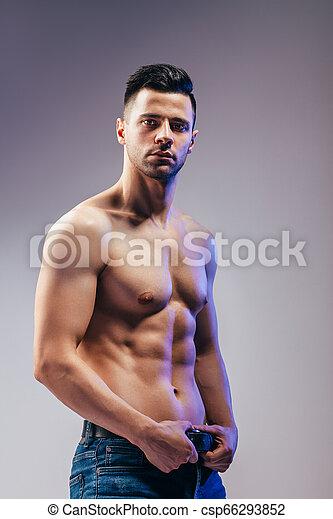 Retrato de un sexy hombre musculoso posando - csp66293852