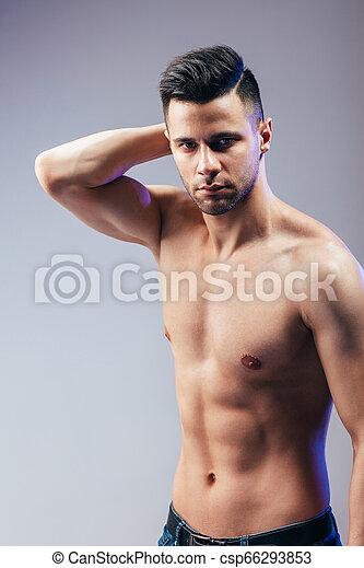 Retrato de un sexy hombre musculoso posando - csp66293853