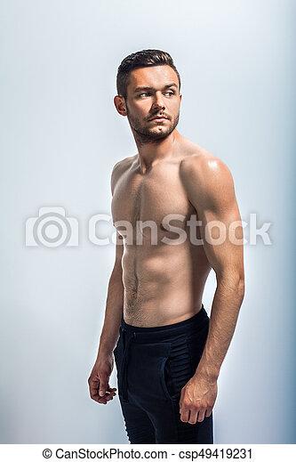 Retrato de un hombre musculoso sexy sin camisa - csp49419231