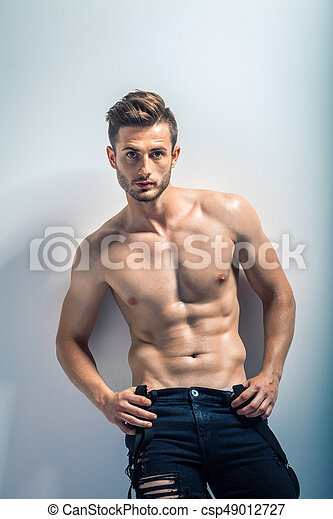 Retrato de un hombre musculoso sexy sin camisa - csp49012727