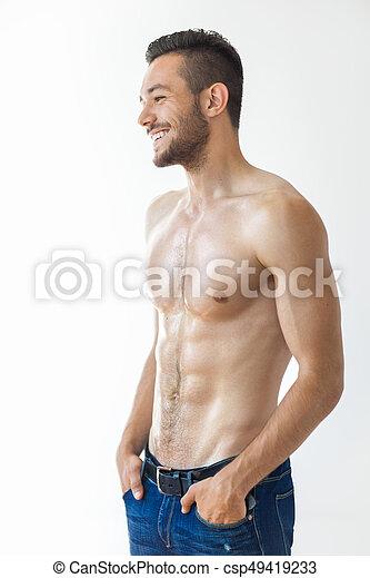 Retrato de un sonriente hombre musculoso sin camisa - csp49419233