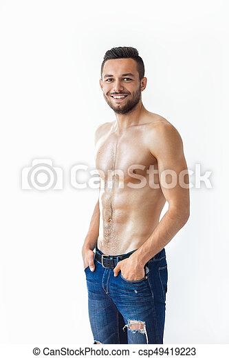 Retrato de un sonriente hombre musculoso sin camisa - csp49419223