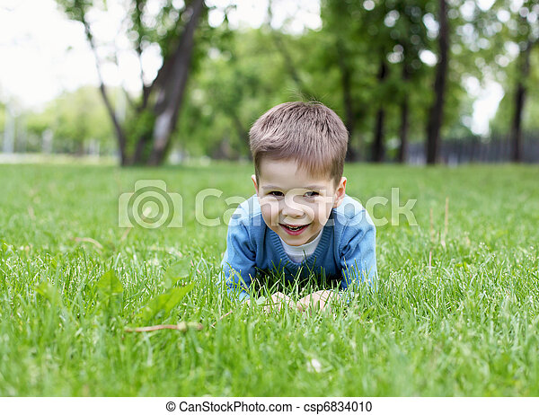 Retrato de un niño al aire libre - csp6834010
