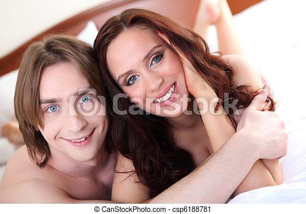 retrato, par, jovem, cama - csp6188781