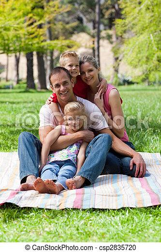 retrato, picnic, familia joven, teniendo - csp2835720