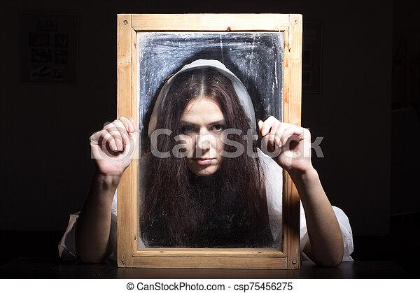 retrato, por, mirar, niña, frame. - csp75456275