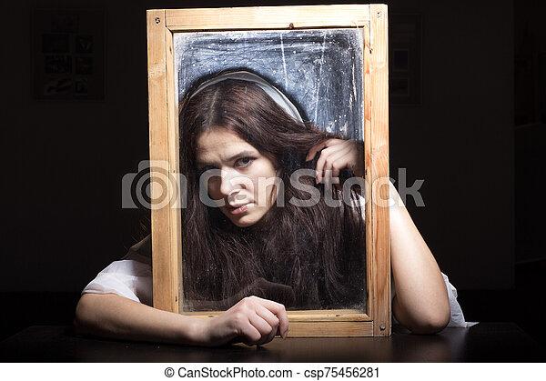 retrato, por, mirar, niña, frame. - csp75456281