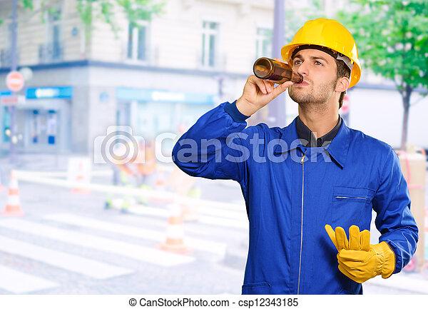 Retrato de ingeniero sediento - csp12343185