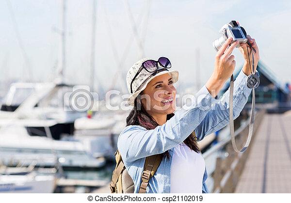 Una mujer joven haciéndose un retrato - csp21102019