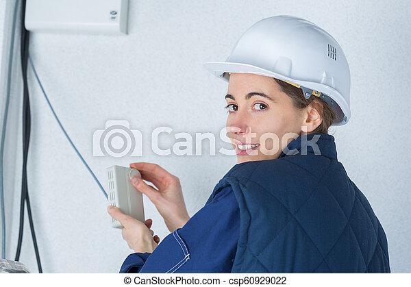 Retrato de electricista femenina en el trabajo - csp60929022