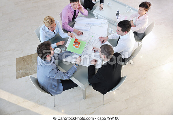 El equipo de trabajo del arquitecto está reunido - csp5799100