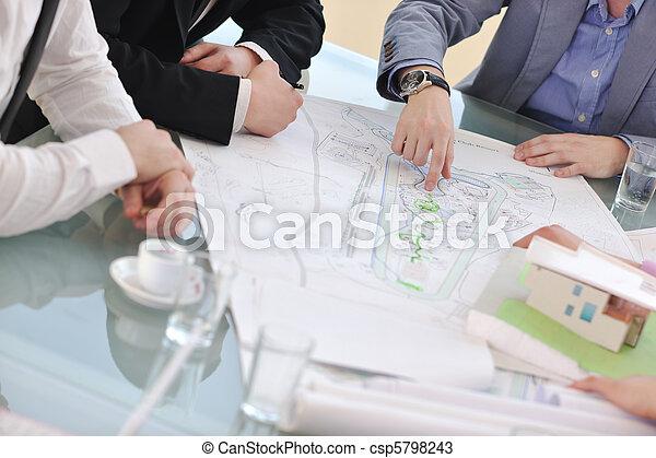 El equipo de trabajo del arquitecto está reunido - csp5798243