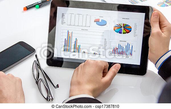 Gente de negocios analizando documentos en una reunión - csp17387810