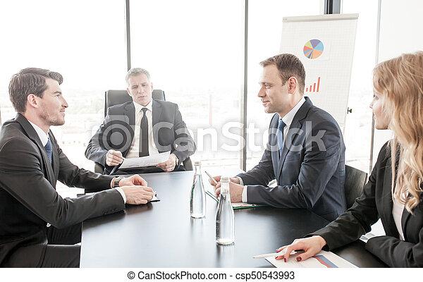 Gente de negocios reuniéndose - csp50543993